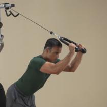 Man utför övning med tricepsrep