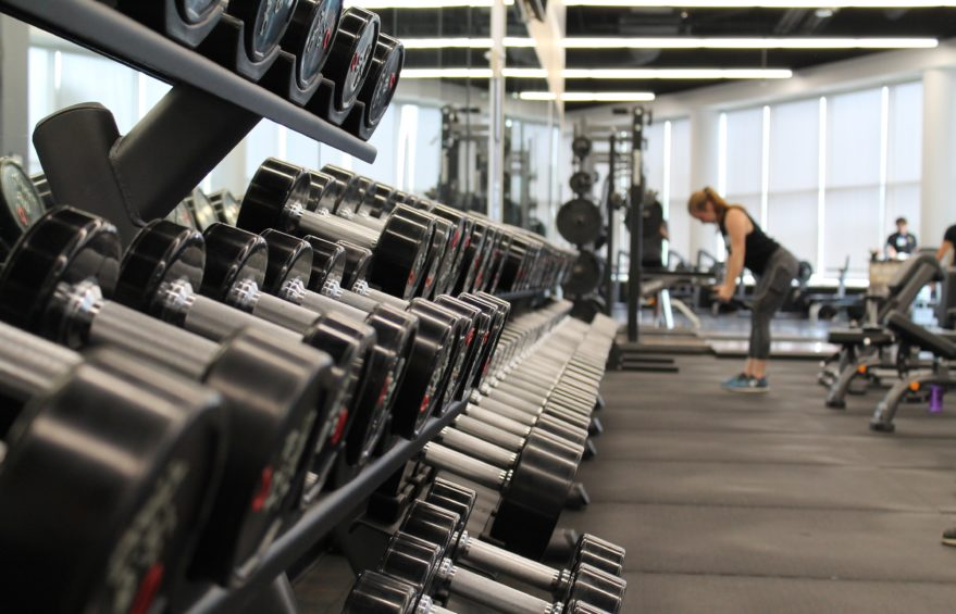 Ställ med hantlar på ett gym